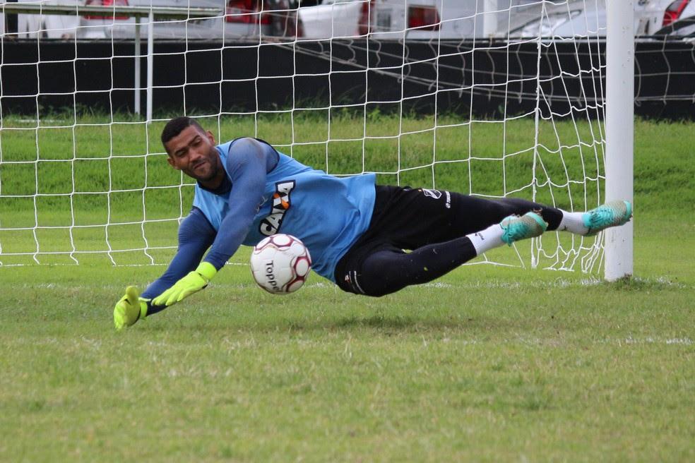 Edson tem a confiança de Geninho e retorna ao time titular após cumprir suspensão (Foto: Andrei Torres/ABC)