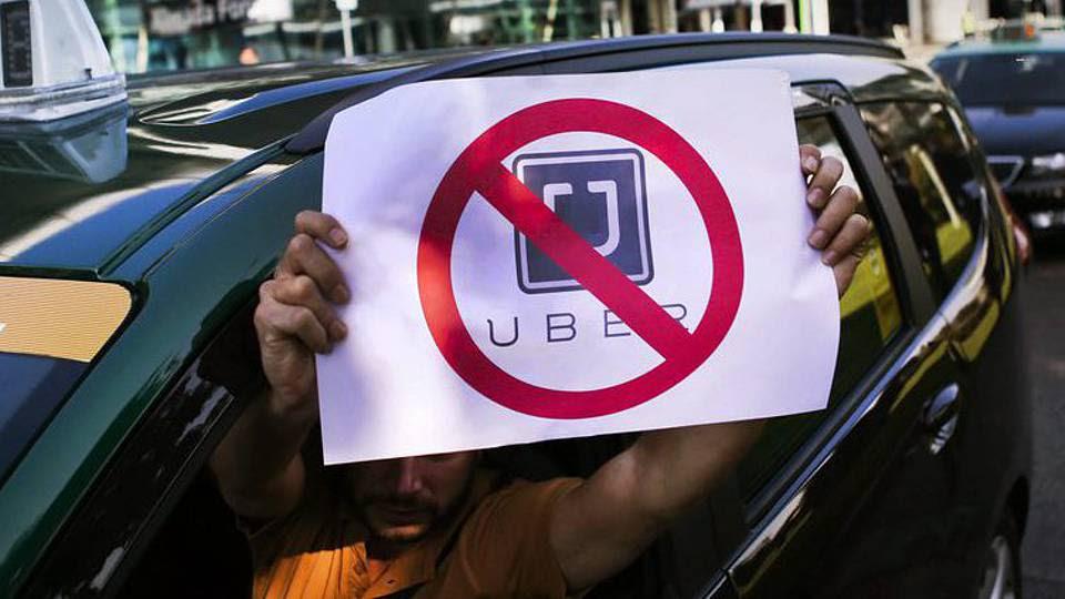Taxistas reagem com violência à Uber, em Campanhã