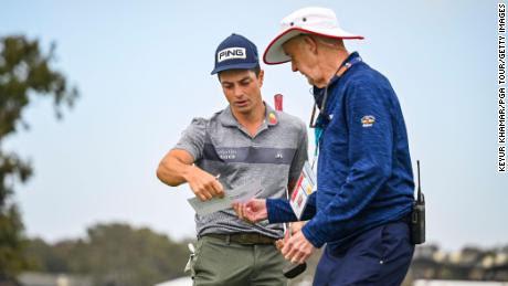 Hovland (izquierda) revisa su tarjeta de puntuación durante la segunda ronda del US Open en Torrey Pines, California.