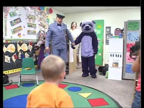 video que muestra a un monton de niños asustandose de un panda de color purpura
