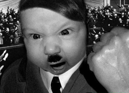 Bebe disfrazado de Hitler