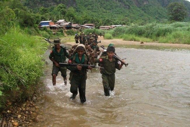Myanmar soldiers walked past a village in Kachin State. Photo: kachinlandnews.com