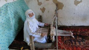 بانوی ترکمنی از طایفه گؤکلنگ ها در حال ابریشمبافی به روش سنتی