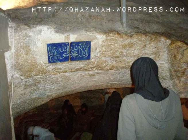 Para Jemaah Mengambil Kesempatan Solat Di Bawah Batu Terapung