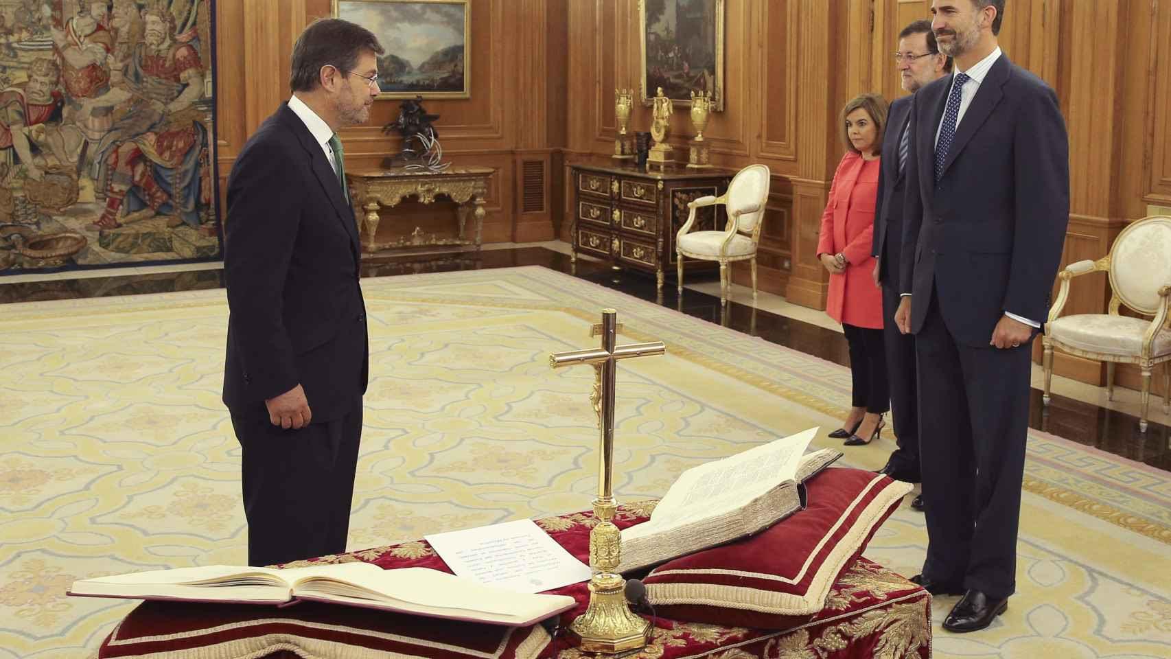 El ministro de Justicia jura su cargo en septiembre de 2014 ante el rey Felipe.