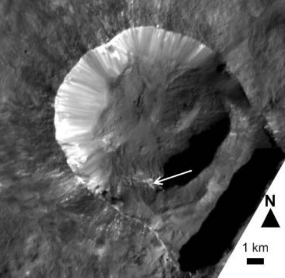Cráter Oxo. La flecha señala el lugar donde el espectrómetro VIR ha detectado hielo (J. Combe et al.).