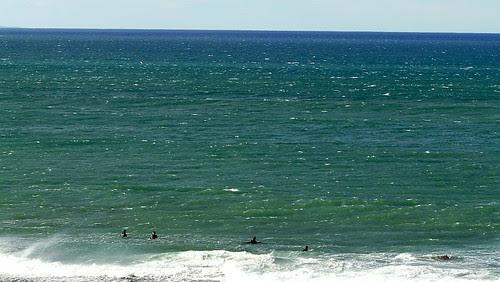Sesión de surf en enero en sopelana con olas de medio metro