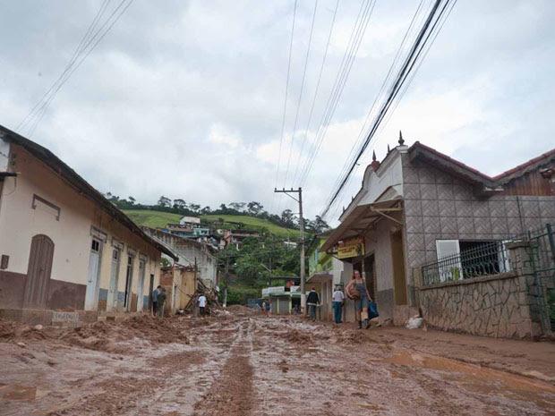 As ruas arborizadas e calmas do vilarejo se transformaram em corredores de lama e barro.