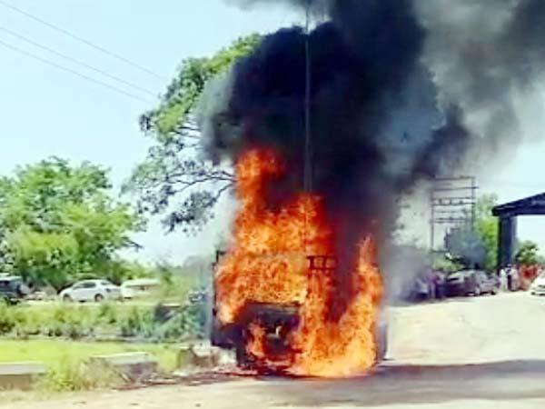 काँगड़ा : सामान से भरी पिकअप गाड़ी  में अचानक लगी आग, लाखों रुपए का नुक्सान