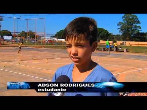 Tênis na Comunidade: projeto leva esporte à crianças e adultos de bairro de Campo Grande