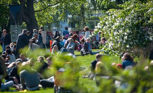 Helsingin Kaisaniemen puistossa vietettiin Maailma kylässä -festivaalia toukokuun lopussa. Kaisaniemen havaintoasemalla kulunut kesä oli historiallisen lämmin.
