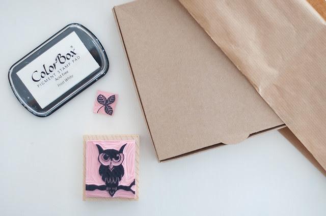 Papel de regalo con sellos