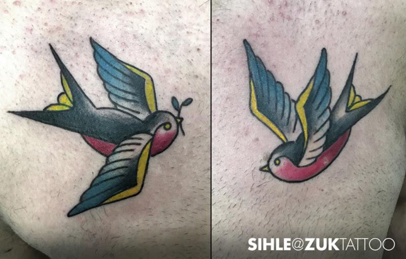 Tatuaje Estilo Old School Con Dos Golondrinas En El Pecho