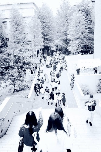 「早稲田祭2011」 Down the stairs, to Waseda University