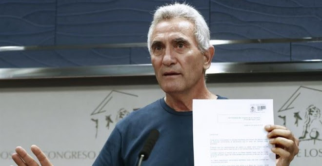 El diputado de Unidos Podemos Diego Cañamero, muestra el documento que ha entregado en el registro del Congreso, en el que renunció ante notario al aforamiento. EFE/Chema Moya