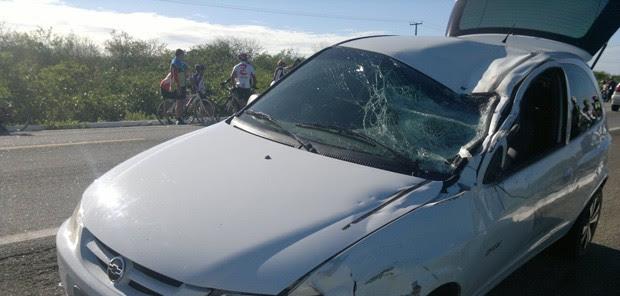 Celta saiu da pista e atropelou ciclista na BR-304, no RN (Foto: Marcelino Neto)
