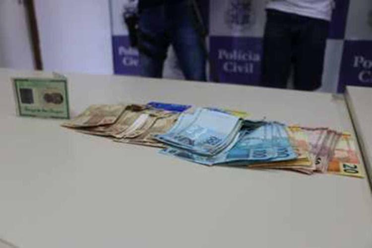 Documentos falsos e quantia em dinheiro foram apreendidas durante operação