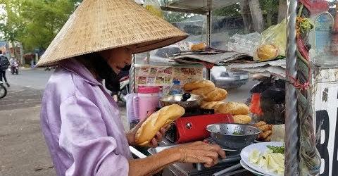 Bà cụ khắc khổ không chồng con bán bánh mì xuyên đêm ngày mưu sinh