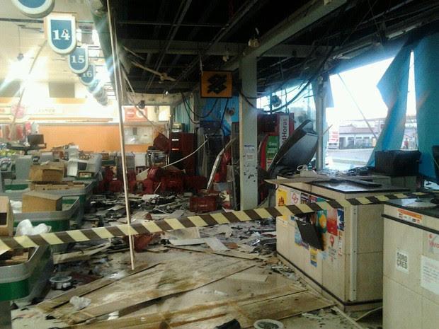 Área onde ficam os caixas ficou totalmente destruída  (Foto: Divulgação/ Guarda Civil de Botucatu)