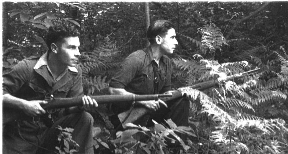 Dos jóvenes guerrileros en los montes de Asturias durante la Guerra Civil.