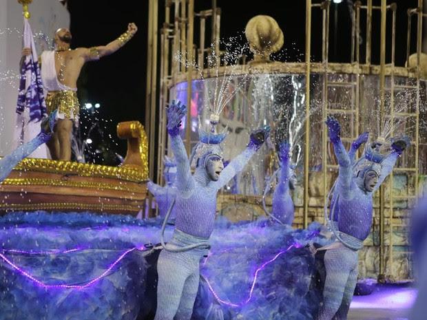 Efeitos com jato d'água impressionaram os espectadores (Foto: Rodrigo Gorosito/G1)
