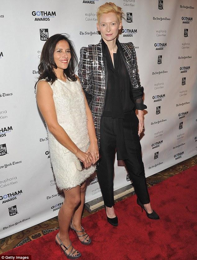 Pernas à mostra: Diretor-executivo do Independent Feature Project, Joana Vicente, posando com quirky atriz Tilda Swinton