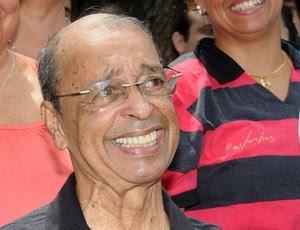http://e.imguol.com/esporte/futebol/2011/02/12/carlinhos-que-fez-historia-no-flamengo-recebe-homenagem-do-clube-1297537988275_300x230.jpg