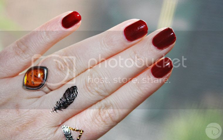 Maybelline super stay forever strong 7 days gel nail color rouge couture 287 midnight red flash tattoo red nails silver ring feather