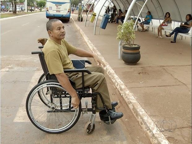 Severino Ramos é um dos cadeirantes que reclamam da situação encontrada (Foto: Reprodução/TV Anhanguera)