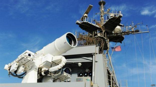 Un arma parecida a un telescopio está ubicada sobre un portaviones.