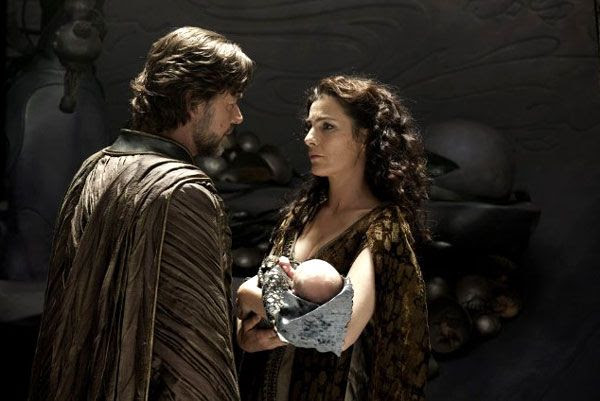 Jor-El (Russell Crowe) and Lara Lor-Van (Ayelet Zurer) want to spare their newborn son of Krypton's fate in MAN OF STEEL.