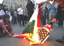 La bandiera italiana bruciata al G7