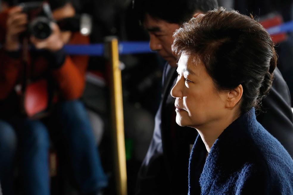 Líder sul-coreana deposta, Park Geun-hye, chega à sede da procuradoria, em Seul.  (Foto: Kim Hong-ji/Pool AP)