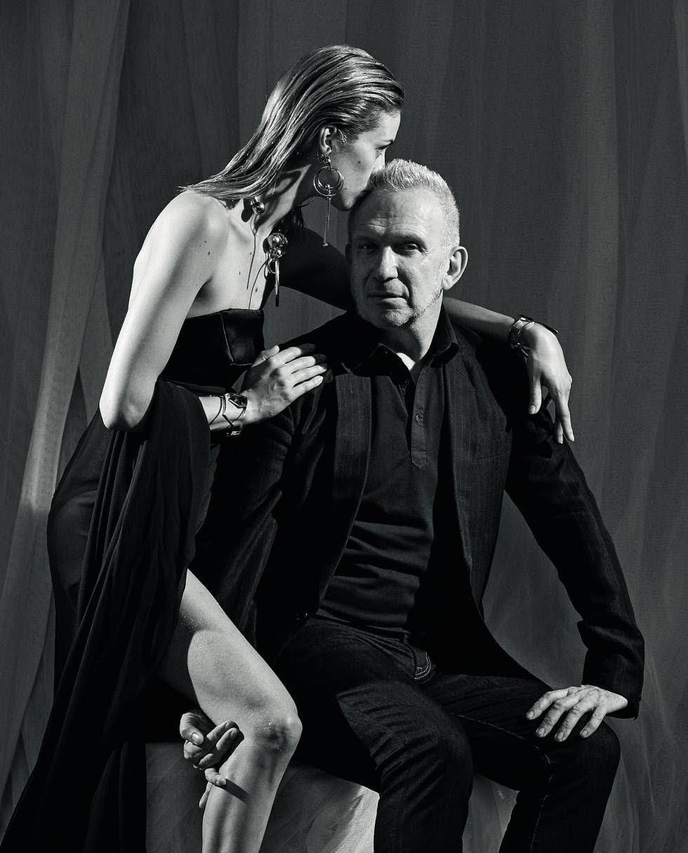 El viejo revolucionario hoy viste de traje, pero su herencia se ha probado suficiente para inspirar a los nuevos contestatarios. Junto a él, la modelo lleva un vestido de la colección de alta costura de esta primavera-verano.