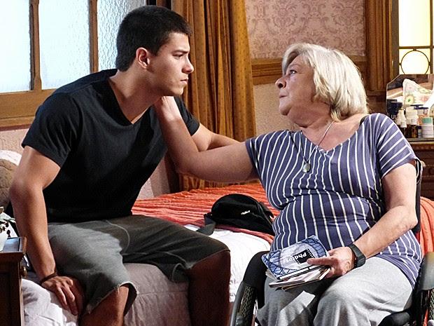 Duca consola a avó depois da morte de Alan (Foto: Gshow)
