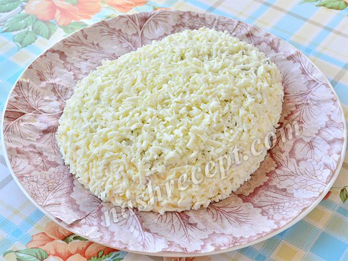 салат Овечка покрываем слоем тертого белка - salat ovechka pokryvaem sloem tertogo belka