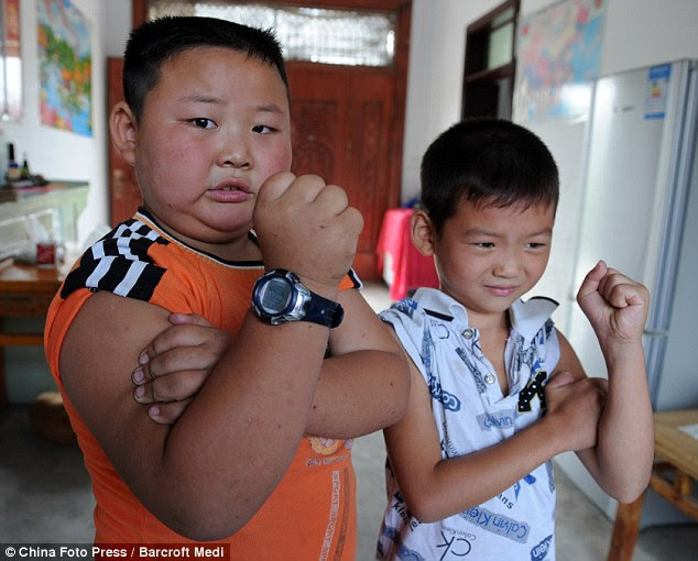 Try harder! Yang Jinlong shows off his muscles next to his slightly smaller friend