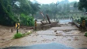 Paso hacia La Tigra estará inhabilitado durante tres días, crecida de río provocó daños en los accesos de aproximación del puente. CRH.