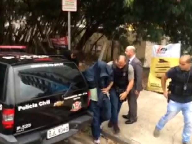 Um dos presos chega na sede da corregedoria em Campinas (Foto: Reprodução / EPTV)