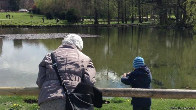 Avó e neto em parque na Itália: processo põe conflito de gerações à mostra (Foto: Marcelo Crescenti)