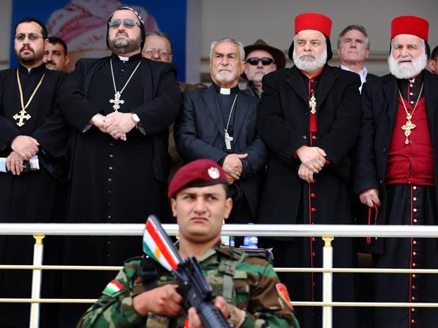 Clérigos cristãos participam da cerimônia de formatura da primeira brigada cristã criada para combater o Estado Islâmico, em Fishkhabur, no Iraque, na quinta (12) (Foto: AFP Photo/Safin Hamed)