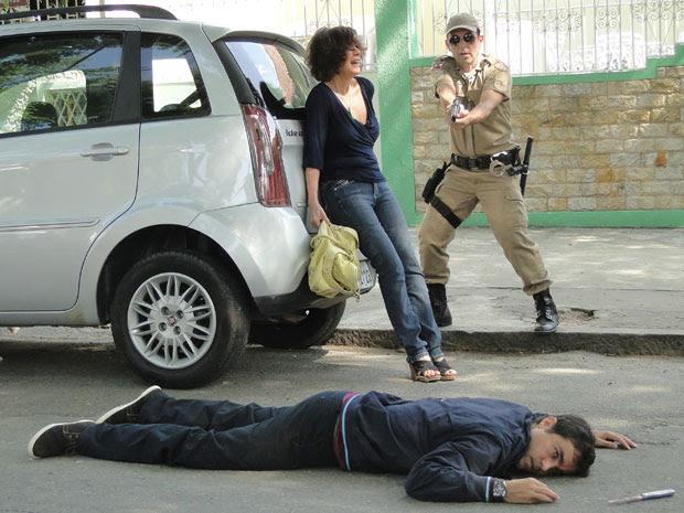 Henrique morre com tiro disparado por policiais e Wanda se desespera