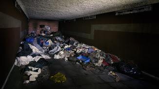 Deixalles acumulades a l'espai en desús dels túnels de Rodalies (foto: trackrunners.net)