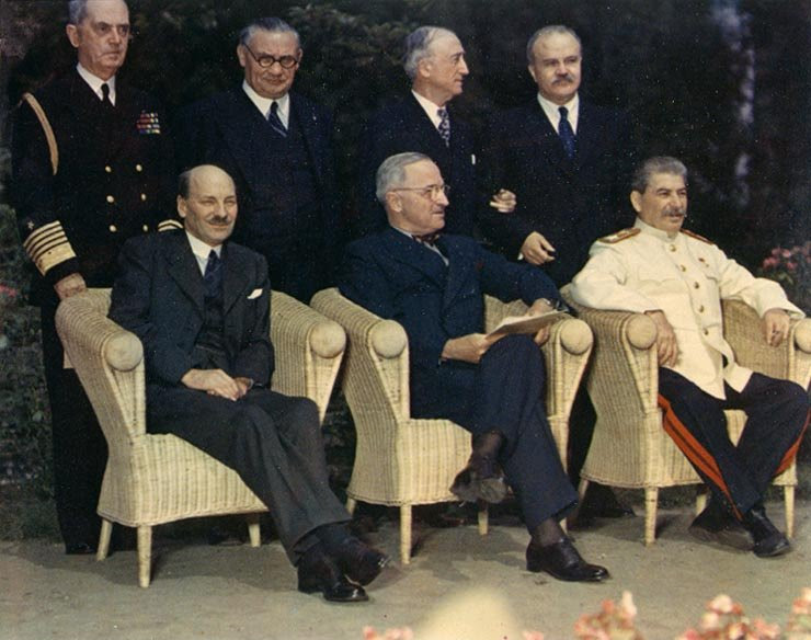 Ficheiro:Clement Attlee, Harry S. Truman, Joseph Stalin and their principal advisors - Potsdam Conference 1945.jpg