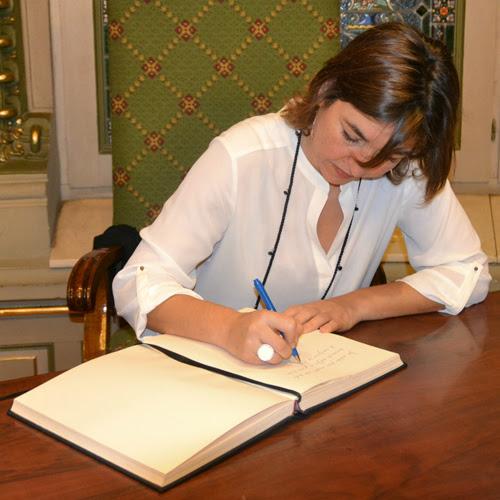 Susana Eva Martínez, firmando en el libro de honor de la Biblioteca de Bidebarrieta tras su conferencia. Fotografía realizada por Izaskun Lekuona