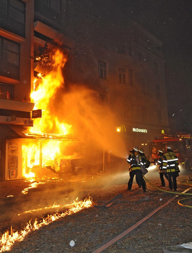 Bombeiros tentam controlar um incêndio que teve início com a detonação da bomba em Munique (Foto: AP/Berufsfeuerwehr Muenchen/DAPD)