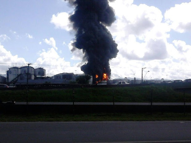 Tanques foram atingidos pelas chamas; testemunhas relataram explosões em sequência (Foto: Roberto Strauss / G1)