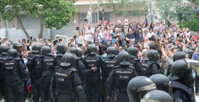 Cargas policiales durante el 1-O. /EFE