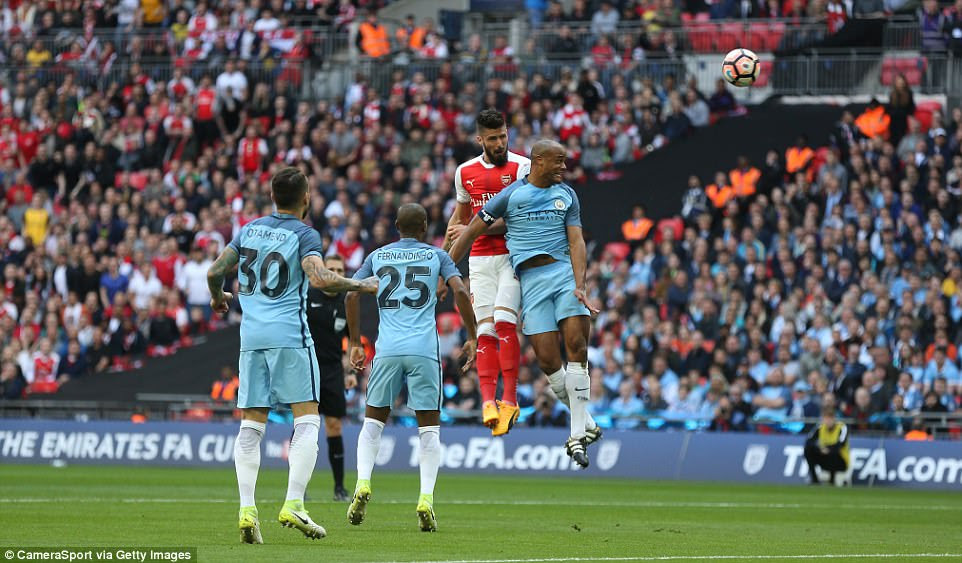 Giroud heads towards goal, thanks to a great cross from Alex Oxlade-Chamberlain, but the Frenchman fails to score