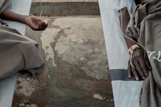Una de las secuelas de las inundaciones ha sido el cólera. Los pacientes enfermos de cólera reciben tratamiento en Centro de Tratamiento de Cólera  de MSF,  en el distrito de Tete , que es la zona más afectada en el país. © Luca Sola/MSF